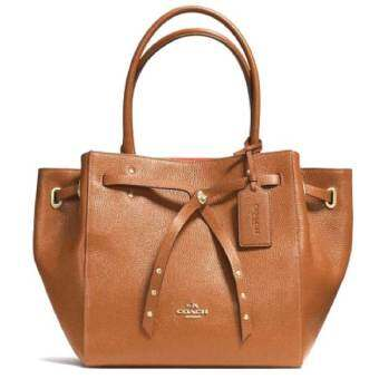 COACH TURNLOCK TIE TOTE IN REFINED PEBBLE LEATHER  รุ่น 35838 - Saddle