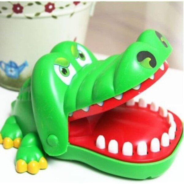 Đồ chơi vui nhộn  hình dáng cá sấu  kẹp móng tay chất liệu nhựa - INTL