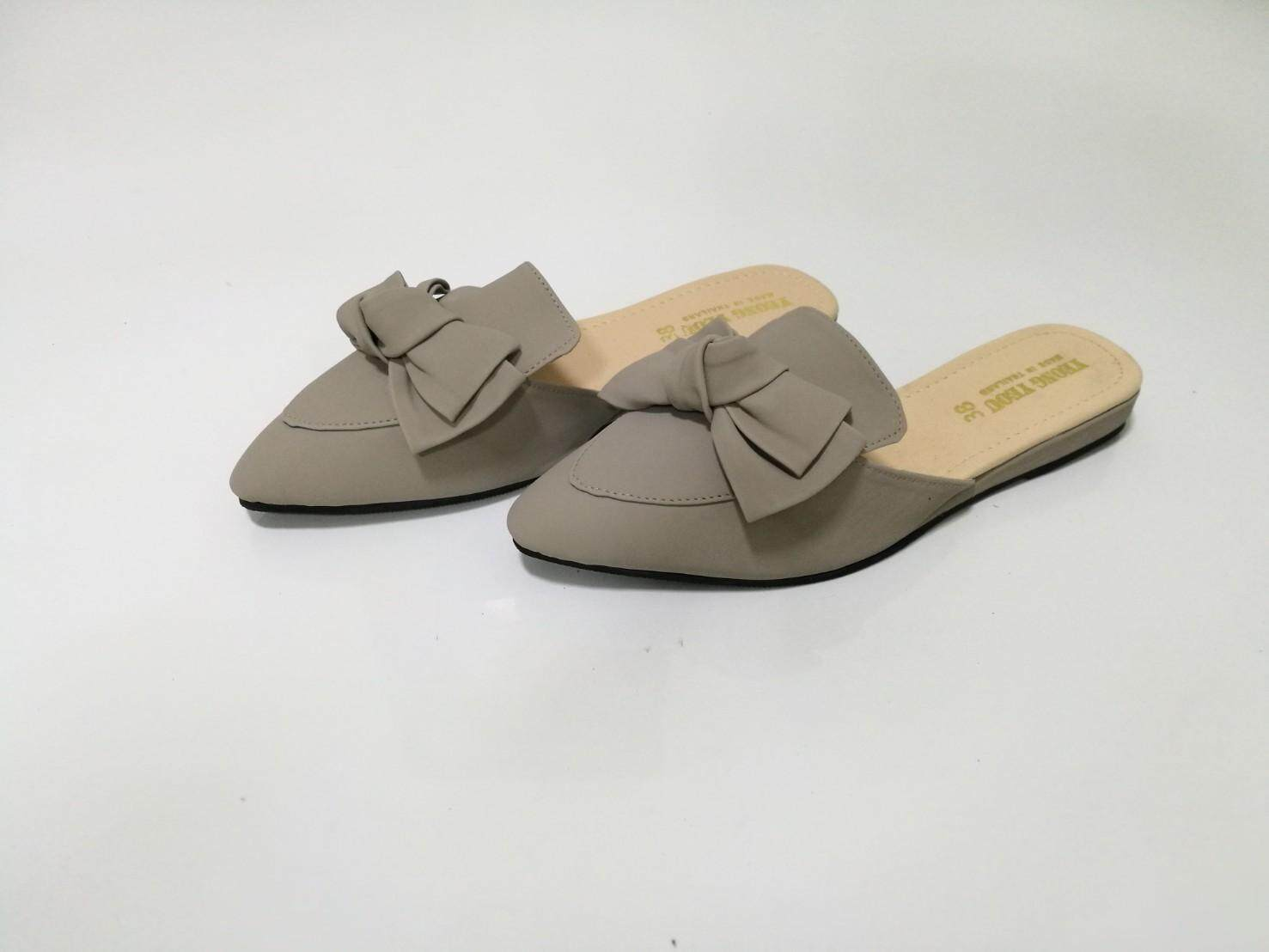Yeong Yeou รองเท้าคัทชูหน้าโบว์หัวแหลมเปิดส้น By Yeong Yeou.
