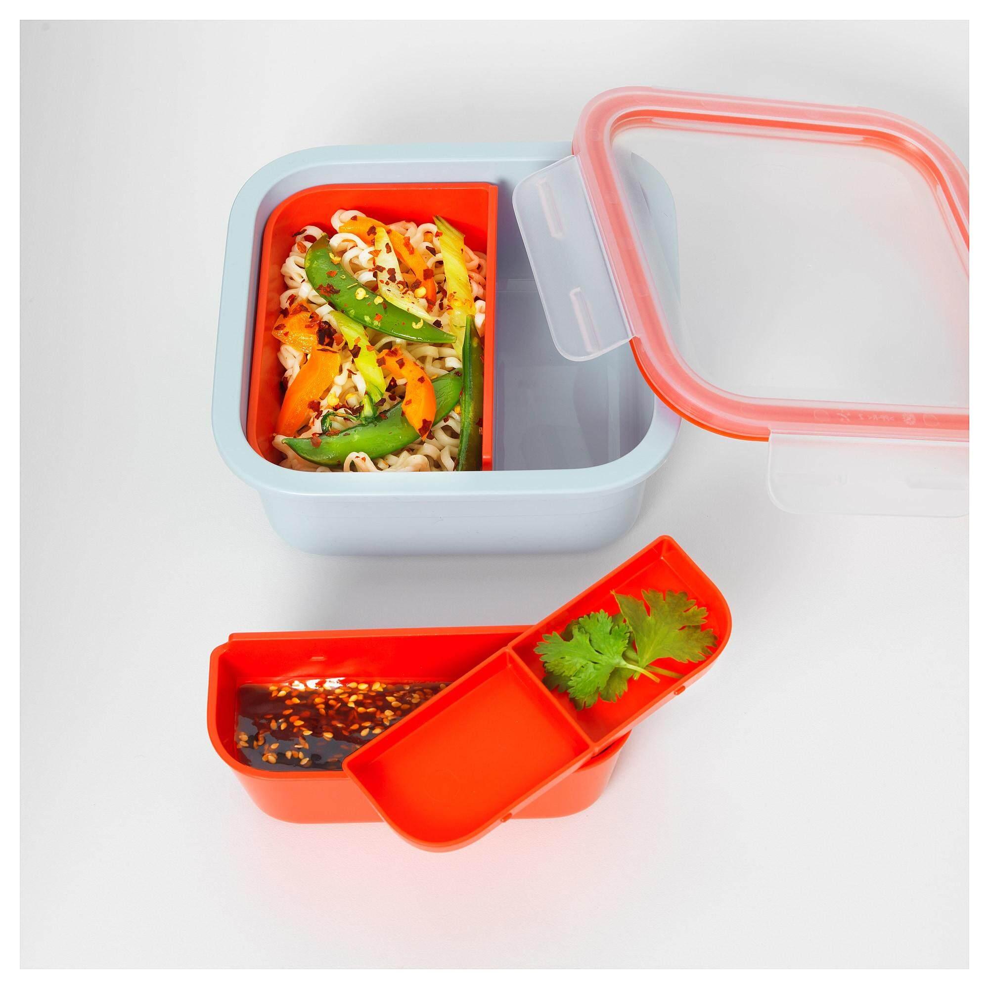 Ikea 365+ อิเกีย 365+ กล่องใส่อาหารพร้อมที่แบ่งช่อง สี่เหลี่ยมจัตุรัส พร้อมที่แบ่งช่อง 2 ชิ้น ช่วยให้แยกอาหารแต่ละชนิดออกจากกันได้ ไม่ว่าจะเป็นอาหารจานหลัก สลัด หรือซอสใช้ถาดที่มีฝาปิดใส่ซอสหรือน้ำสลัดต่างๆ จาก Ikea By Spa Land.