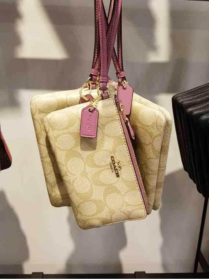 พร้อมส่ง แท้ % New Coach กระเป๋า คล้องมือ 2 ซิป S Double Corner Zip Wristlet In Signature Canvas F87591 Light Khaki/ Primer/ Imitation Gold.