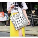 ขาย กระเป๋าแฟชั่นผู้หญิง สไตล์บล็อก 6X6 สีเงิน ลายทรงเลขาคณิต ขนาดกระเป๋า 33X33 ซม แฟชั่นจากญี่ปุ่น นิยมมากในญี่ปุ่น 6X6 02 ถูก ใน กรุงเทพมหานคร