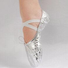 หญิงสาวชี้ไปที่รองเท้าหนังเต้นรำบัลเล่ต์ยิมนาสติกเลื่อมทอง 16 ขนาด ใน จีน