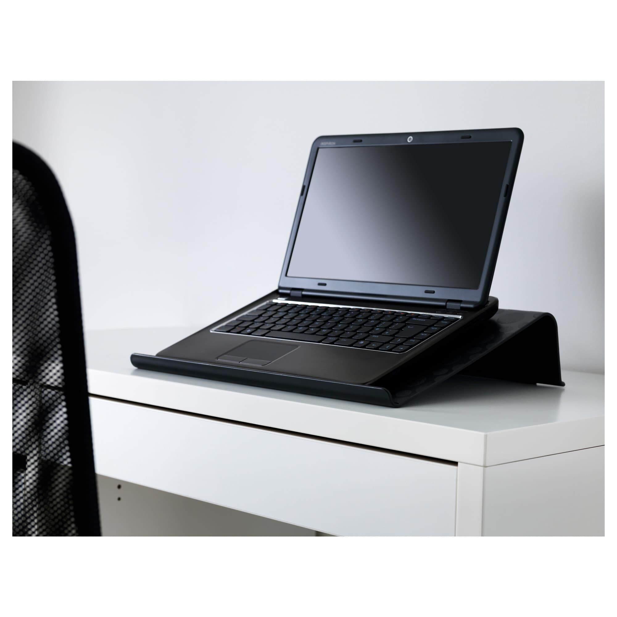 BrÄda แบรดด้า ที่วางแล็ปท็อป ดำ มียางกันลื่นช่วยยึดแล็ปท็อปไม่ให้เลื่อนไปมาขณะทำงานขอบตั้งป้องกันเครื่องแล็ปท็อปหล่น จึงวางเครื่องได้อย่างปลอดภัยท็อปโต๊ะเอียง หน้าจอแล็ปท็อปตรงกับระดับสายตาพอดี จาก Ikea.