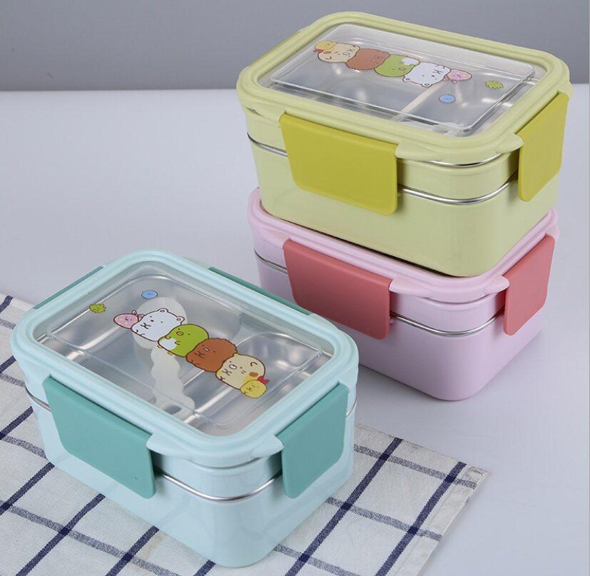 กล่องข้าวคอนโด 2 ชั้น ลาย Sumikko Gurashi พร้อมช้อน อุ่นร้อนได้ในตัว.