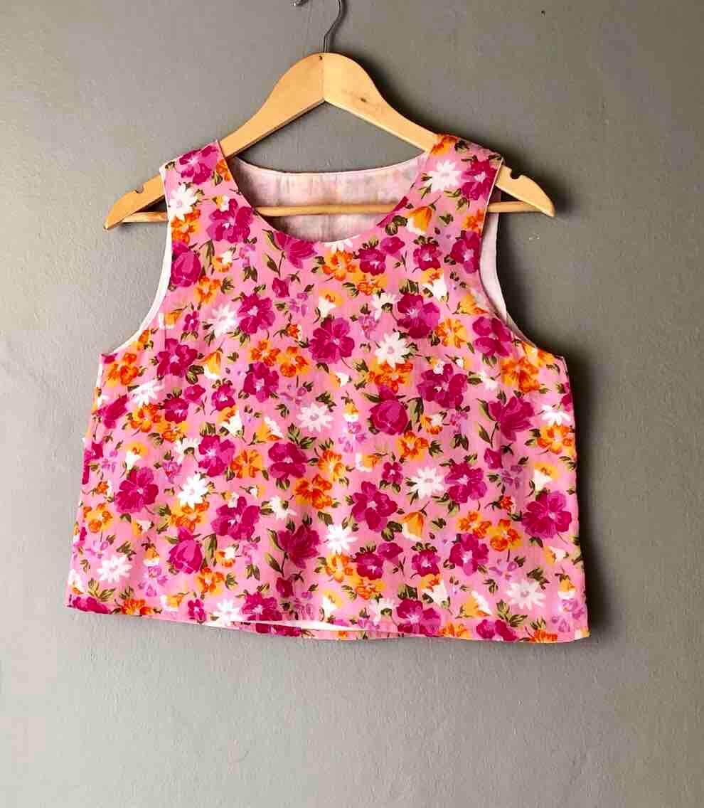 เสื้อแขนกุด คอยู ผ้าป่านลายดอกสีสดใส.