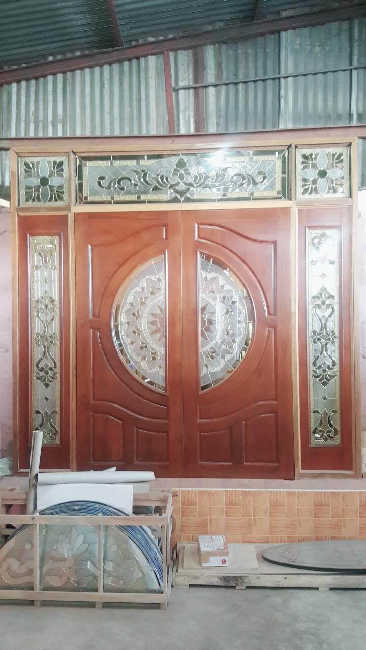 ประตูไม้สักทอง  ใส่กระจก สีทอง  ช่องแสงข้าง  กระจกบน  พร้อมทำสี.