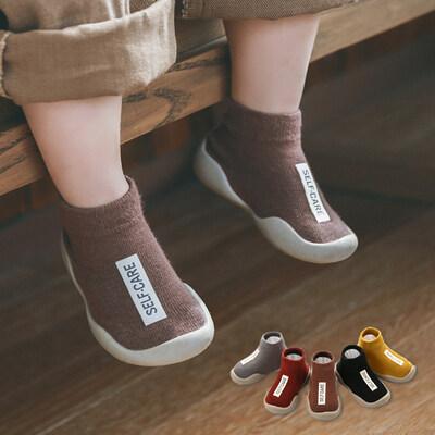 """รองเท้าเด็ก รองเท้าหัดเดิน """"ถุงเท้าหัดเดิน"""" พื้นซิลิโคนกันลื่น แฟชั่นตัวอักษร 5สีสดใสแดง,เหลือง,กาแฟ,เทา,ดำ.สำหรับแรกเกิดถึง3ปี A1."""