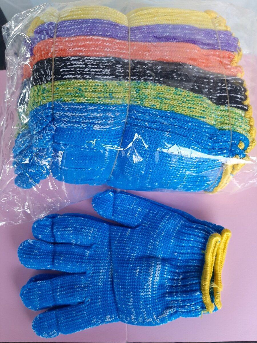 ถุงมือไนล่อนคละสี ขอบเหลือง 1 โหล : คุณภาพดี ด้วยเทคนิคการถัก ทำให้มีรูระบาย อากาศถ่ายเทได้สะดวก  : ถุงมือขยายและเข้ารูปตามลักษณะของมือผู้ใช้งาน : ทนทานต่อการใช้งาน ไม่ขาดง่าย : เหมาะกับงานเกษตร งานซ่อมแซม งานช่าง งานทะเล งานทั่วๆไปทุกชนิด.