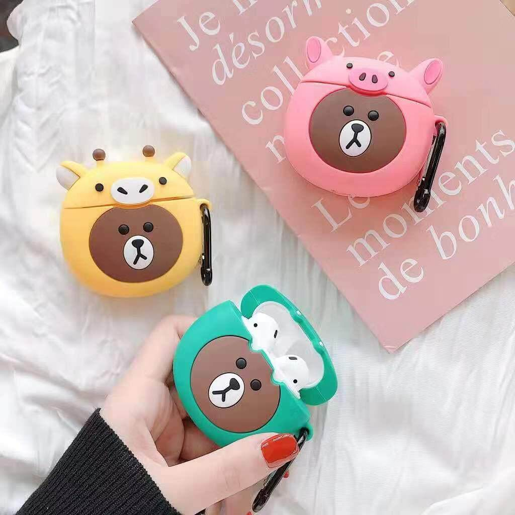 เคสสำหรับใส่แอร์พอร์ท เคสหูฟัง หน้าหมีบราวน์ใส่ชุด น่ารักสุด ๆ By Sookjai.shop.