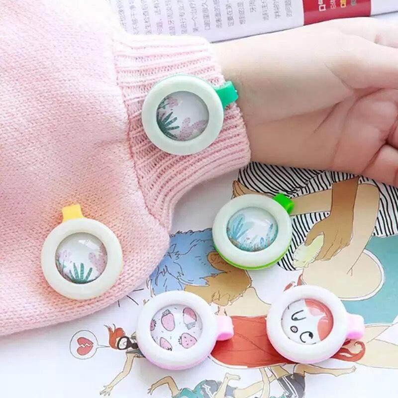 Super Baby คลิปหนีบกันยุง ที่ติดกันยุง มาแล้วครับ แบบใหม่เป็นชนิดหอมละเหย ใช้ได้ 3เดือน กันแมลง ไร้สารเคมี สารสกัดจากธรรมชาติ ปกป้องเด็กจากยุง รุ่น:z65 (คละสี1) By Super Baby.